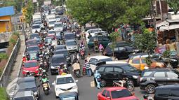 Sejumlah kendaraan melintasi Jalan Pramuka, Jakarta, Jumat (20/11). Banyaknya kendaraan pribadi yang parkir di kawasan tersebut menjadi salah satu penyebab kemacetan. terutama saat pagi hingga siang hari. (Liputan6.com/Immanuel Antonius)