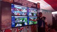 Kepala Dinas perhubungan tengah mengamati sejumlah rekayas lalu lintas termasuk penyediaan lahan kantong parkir di pos terpadu Limbangan Garut (Liputan6.com/Jayadi Supriadin)