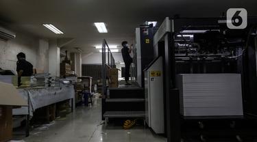 Pekerja mencetak di mesin cetak digital printing PT Bintang Sempurna di kawasan Benhil, Jakarta Pusat, Rabu (24/2/2021). Usaha Digital Printing ini tetap bertahan sepanjang pandemi covid 19 yang hampir 1 Tahun di Indonesia.  (Liputan6.com/Johan Tallo)