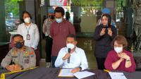 Kepolisian menyebut pemeriksaan melibatkan sejumlah saksi ahli dan tak menemukan unsur pidana dalam kasus fetish mukena di Malang. Dalam keterangan pers itu pelaku (berdiri baju cokelat) meminta maaf kepada publik (Liputan6.com/Zainul Arifin)