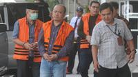Tiga tersangka anggota DPRD Jambi Gusrizal, Elhelwi dan Sufardi Nurzain bersiap menjalani pemeriksaan di gedung KPK, Jakarta, Rabu (20/11/2019). Berkas perkara ketiganya terkait kasus ketok palu RAPBD tahun 2017 dan RAPBD 2018 telah lengkap (P21) dan siap untuk disidangkan. (merdeka.com/Dwi Narwoko)