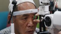 Pasien diambil darahnya untuk cek lab sebelum operasi katarak bagi masyarakat prasejahtera di EMC Sentul, Bogor, Jawa Barat, Jumat (26/10). Bakti sosial ini diikuti 74 pasien. (Liputan6.com/Herman Zakharia)