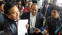 Emir Moeis didampngi yusril Ihza Mahendra mendatangi MK untuk mengajukan uji materi, Kamis (14/9/2017). (Putu Merta Surya Putra/Liputan6.com)