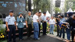 Dirut Asabri Sonny Widjaja memberi kunci kendaraan secara simbolis saat HUT ke-47 Asabri, Jakarta, Jumat (3/8). Asabri berbagi dengan pesertanya melalui  pemberian bantuan 4 unit ambulance dan bantuan untuk anak yatim piatu. (Liputan6.com/Pool/Asabri)