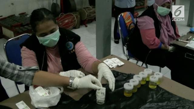 Satu persatu warga binaan langsung diperiksa dengan mengecek pupil mata untuk mengetahui ciri khusus penyalahgunaan narkoba.