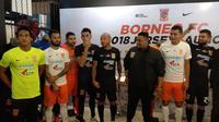 Pusamania Borneo FC meluncurkan jersey untuk musim 2018 di Fisik Football, Jakarta, Senin (12/2/2018). (Bola.com/Budi Prasetyo Harsono)