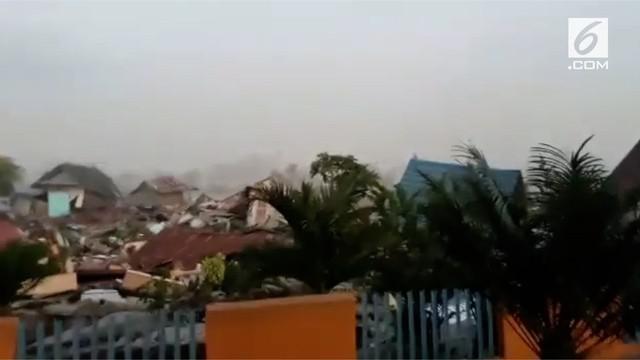 Gempa melanda magnitudo 7,7 melanda Donggala. Seorang warga merekam suasana setelah gempa. Banyak jalanan retak dan rumah yang hancur.