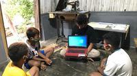 Pertamina Foundation turut berpartisipasi aktif dalam upaya memperlancar kegiatan pembelajaran jarak jauh dengan memberikan laptop ke beberapa sekolah dasar. (Dok Pertamina Foundation)