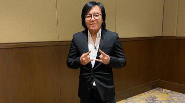 Ini dia penampilan Ari Lasso saat memakai setelan jas berwarna hitam dengan kemeja putih. Gaya rockernya pun tak pernah lepas darinya meski tengah menggunakan setelan formal. (Liputan6.com/IG/@ari_lasso)