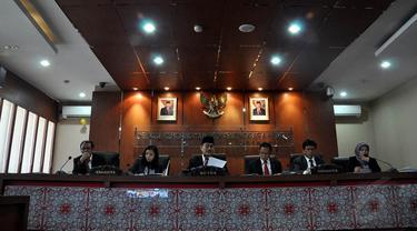 Dewan Kehormatan Penyelenggara Pemilu (DKPP) menggelar sidang putusan terhadap 25 perkara, Jakarta, (17/9/14). (Liputan6.com/Miftahul Hayat)