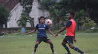 Bek sayap Persis Solo asal Palu, Sulawesi Tengah, Dedi Tri Maulana (kiri) dalam sebuah sesi latihan. (Bola.com/Vincentius Atmaja)