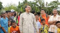 Calon Gubernur Sulsel, Nurdin Abdullah sedang bercengkrama dengan warga (Liputan6.com/ Eka Hakim)
