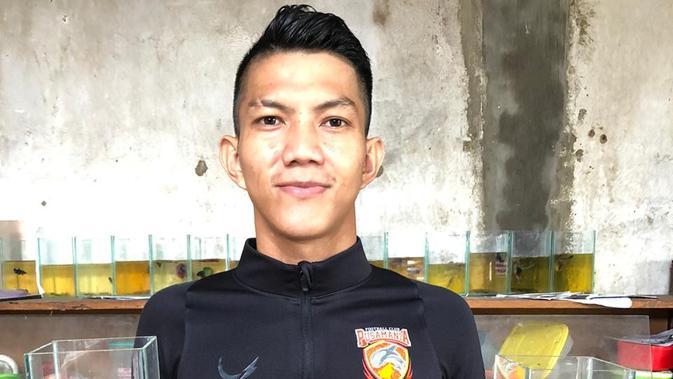 Bek Borneo FC, Andika Kurniawan, merintis usaha budidaya ikan cupang di Jambi. (Bola.com/Permana Kusumadijaya)