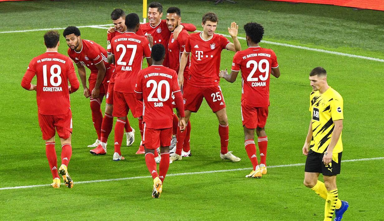Para pemain Bayern Munchen merayakan gol yang dicetak oleh Robert Lewandowski ke gawang Borussia Dortmund pada laga Bundesliga di Stadion Signal Iduna Park, Sabtu (7/11/2020). Bayern menang dengan skor 3-2. (AP Photo/Martin Meissner, Pool)