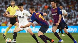 Gelandang Valencia, Carlos Soler, berusaha melewati bek Barcelona, Clement Lenglet, pada laga Copa del Rey di Stadion Benito Villamarin, Sevilla, Sabtu (25/5). Barcelona kalah 1-2 dari Valencia. (AFP/Jose Jordan)
