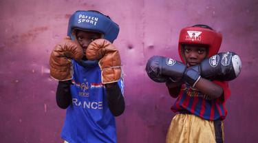 "David Samba (Kiri) dan Onomo Mugabi berlatih Tinju di ""Muhammad Ali's head high"", Kinshasa, (4/6/2016). Dekat Stadion Tata Raphael, Kinshasa,  dimana partai ""Rumble in the Jungle""  antara Muhammad Ali dan George Foreman bertemu 1974. (AFP/Ed"