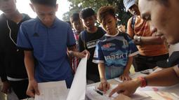 Sejumlah anak mendaftar sebelum mengikuti tes fisik program Allianz Explorer Camp 2019 di Lapangan PSPT Tebet, Jakarta, Sabtu (22/6). Nantinya akan ada pemenang yang diberangkatkan ke Singapura dan Munchen. (Bola.com/Vitalis Yogi Trisna)