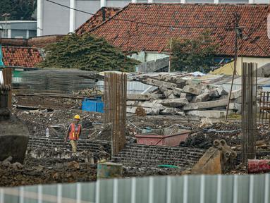 Pekerja menyelesaikan pembangunan Kampung Susun Akuarium di Jakarta, Rabu (17/2/2021). Progres pembangunan Kampung Susun Akuarium tersebut telah mencapai 30 persen dan ditargetkan rampung pada Agustus 2021 mendatang. (Liputan6.com/Faizal Fanani)