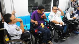 Penyandang disabilitas saat menjajal kereta MRT di Jakarta, Kamis (21/3). Dalam kesempatan tersebut mereka dapat menikmati fasilitas yang di sediakan untuk disabilitas. (Liputan6.com/Angga Yuniar)