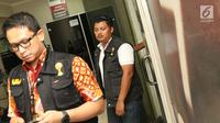 Tim Satgas Anti Mafia Bola keluar dari Kantor PT Liga Indonesia di Kawasan Kuningan, Jakarta, Jumat (1/2). Satgas melakukan penggeledahan Kantor PT Liga Indonesia terkait dugaan pengaturan hasil pertandingan. (Liputan6.com/Helmi Fithriansyah)