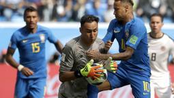 Kiper Kosta Rika, Keylor Navas, menangkap bola saat pertandingan melawan Brasil pada laga Piala Dunia di Stadion Saint-Petersburg, Jumat (22/6/2018). Brasil menang 2-0 atas Kosta Rika. (AP/Petr David Josek)