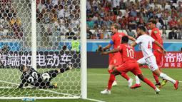 Proses terjadinya gol yang dicetak striker Inggris, Harry Kane, ke gawang Tunisia pada laga grup G Piala Dunia di Volgograd, Senin (18/6/2018). Gol ini tercipta pada menit '90+1 atau masa injury time. (AFP/Mark Ralston)