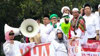 Pimpinan FPI Rizieq Shihab terlihat berada di atas mobil komando bersama dua Wakil Ketua DPR, Fahri Hamzah dan Fadli Zon ikut meneriakkan yel-yel saat melewati Balai Kota Jakarta menuju ke Istana Merdeka, Jumat (4/11). (Liputan6.com/Faizal Fanani)