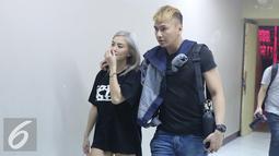Agnes Mo berjalan bersama kekasihanya Wijaya Saputra di Istora Senayan, Jakarta, Senin (22/8). Agnez Mo akan tampil di HUT SCTV ke-26 yang akan disiarkan langsung pada Rabu (24/8). (Liputan6.com/Herman Zakharia)