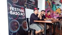 Para panitia festival baso aci di Garut tengah menyampaikan pemaparan saat jumpa pers dengan wartawan (Liputan6.com/Jayadi Supriadin)