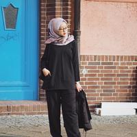 Biar penampilanmu kece saat bukber alias buka bersama, yuk sontek gaya hijabers ini yang simpel dan mudah ditiru. (Sumber Foto: Instagram/gitasav)