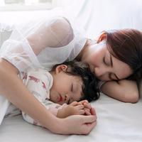 ilustrasi ibu dan anak/copyright By Kdonmuang from Shutterstock