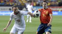 Bek Spanyol, Cesar Azpilicueta, berebut bola dengan striker Swiss, Josip Drmic, pada laga persahabatan di Stadion La Ceramica, Vila-real, Minggu (3/6/2018). Kedua negara bermain imbang 1-1. (AFP/Jose Jordan)