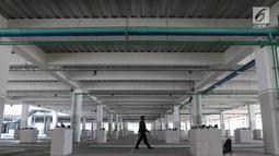 Petugas mengecek Pasar Ikan Modern (PIM)  Muara Baru, Jakarta, Jumat (1/2). PIM Muara Baru dilengkapi gerai peralatan maritim, ruang pertemuan, area parkir luas, cold storageberkapasitas 50 ton, bongkar muat hingga pengepakan. (Liputan6.com/Angga Yuniar)