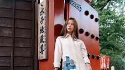 Wanita keturunan Jepang-Indonesia ini mengenakan kemeja broken white dengan celana bermotif kotak dengan rambut panjangnya yang dibiarkan terurai. (Liputan6.com/IG/@yukikt)
