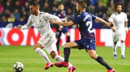 Gelandang Real Madrid, Eden Hazard, berusaha melewati pemain Levante, Jorge Miramon, pada laga La Liga di Stadion Ciutat de Valencia, Sabtu (22/2/2020). Levante menang 1-0 atas Real Madrid. (AP/Alberto Saiz)