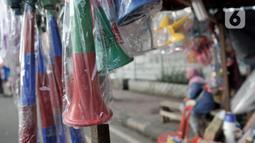 Jejeran terompet berbahan plastik yang dijual di Pasar Gembrong, Jakarta, Minggu (29/12/2019). Harga terompet plastik dijual dengan harga Rp 20 ribu hingga Rp 30 ribu per buah. (merdeka.com/Iqbal Nugroho)