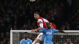 Duel udara antara Olivier Giroud dan Jacques-Alaixys Romao pada Liga Champions Grup F antara Arsenal dan Olympique de Marseille di Stadion Emirates (27/11/2013).(AFP/Adrian Dennis).