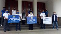 Simbolisasi penyerahan bantuan dari Persib Bandung kepada Pemerintah Kota Bandung, Rabu (20/5/2020). (Bola.com/Erwin Snaz)
