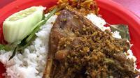 Bebek sinjay, kuliner Madura yang sangat populer di Surabaya, Jawa Timur. (dok. Instagram @yunitarungkat/https://www.instagram.com/p/B6SO_jYB-FU/)
