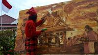 Maestro pelukis tanah liat Zainal Beta menyatukan tanah dari rumah pengasingan Bung Karno, Benteng Marlborough dan Benteng Rotterdam diatas kanvas di Bengkulu (Liputan6.com/Yuliardi Hardjo)
