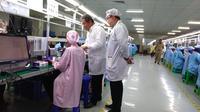 Rudiantara berbincang dengan pekerja pabrik Advan di Semarang. Dok: Tommy Kurnia/Liputan6.com