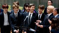 Boyband Korea Selatan, Bangtan Sonyeondan (BTS) berbicara dalam Sidang Umum Perserikatan Bangsa-Bangsa (PBB) di New York, Senin (24/9). Ini merupakan kali pertama grup K-Pop berbicara dalam Sidang Umum Tahunan PBB. (AP/Craig Ruttle)