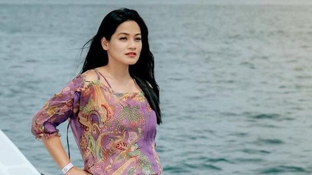 Titi Kamal dan keluarga liburan ke pantai