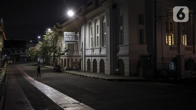Suasana kawasan Kota Tua yang sepi saat pemberlakuan pembatasan mobilitas warga guna menekan penyebaran COVID-19 di Jakarta, Selasa (22/6/2021). Pembatasan dilakukan pukul 21.00 - 04.00 WIB di 10 titik Ibu Kota. (Liputan6.com/Johan Tallo)