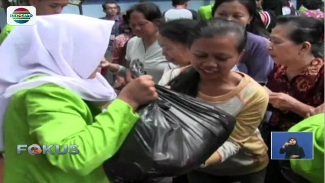 Warga Solo, Jawa Tengah, berebut paket sembako murah yang digelar Kementrian Perdagangan.