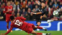 Gelandang Salzburg, Hwang Hee-Chan, melepaskan tendangan saat melawan Liverpool pada laga Liga Champions di Stadion Anfield, Liverpool, Rabu (2/10). Liverpool menang 4-3 atas Salzburg. (AFP/Paul Ellis)