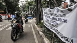 Spanduk penerapan sistem satu arah terpasang di kawasan Gondangdia, Jakarta Pusat, Kamis (8/4/2021). Uji coba yang berlangsung mulai 8-21 April mendatang merupakan bagian dari penataan kawasan Stasiun Gondangdia. (merdeka.com/Iqbal S. Nugroho)