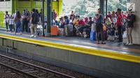 Penumpang menunggu kereta api di Stasiun Gambir, Jakarta, Minggu (26/5/2019). PT KAI bagian daerah operasional (Daop) 1 Jakarta akan menyediakan 957.282 tempat duduk (seat) kereta jarak jauh dan menengah sebagai upaya memenuhi kebutuhan angkutan lebaran 2019.  (Liputan6.com/Faizal Fanani)
