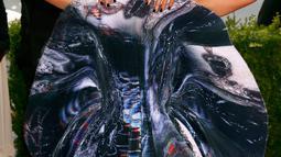 Adik kandung Beyonce, Solange Knowles mengenakan gaun bernuansa platinum dengan potongan melingkar bulat di bagian depannya saat menghadiri ajang Met Gala 2015 yang digelar di Metropolitan Museum of Art's Costume Institute, New York City, Senin (4/5). (RE