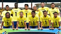 Pemain Persib dan Madura United melakukan penghormatan untuk kiper Persela Lamongan Choirul Huda. (twitter.com/persib)
